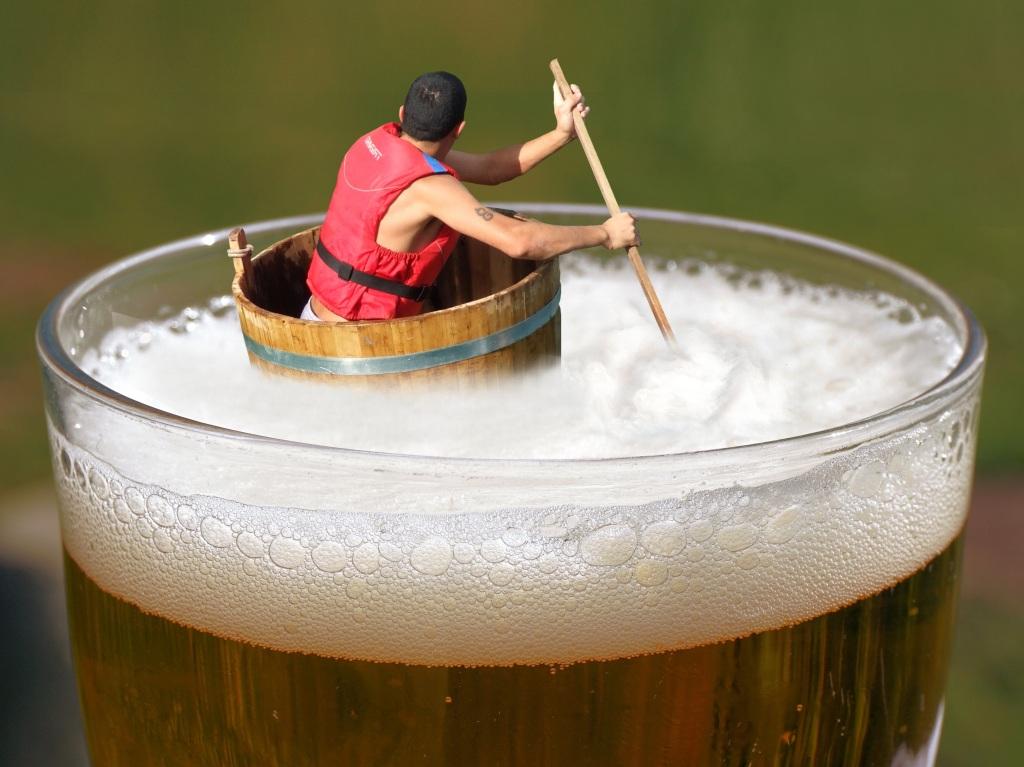 Im Zuber durch ein Bier paddeln. Schöner Gedanke! https://pixabay.com/photos/beer-afloat-drifting-indulge-tub-1607001/